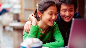 Adolescent_couple_using_laptop_300_170